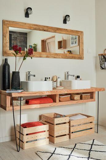 Une salle de bains à la déco récup ? Avec des meubles DIY et une douche à l'aspect cloison atelier, la salle de bains devient tendance !