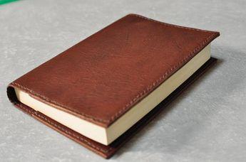 ハギレ革でも作りやすいブックカバーの作り方を掲載します。 ブックカバーは、簡単ですが、レザークラフトの基本技能…