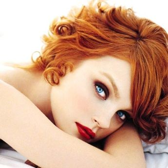 Plum Shadows and red lips. Ideal makeup for redheads. 7 Little Known Makeup Tips