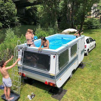 Trailer retrô se transforma em piscina móvel