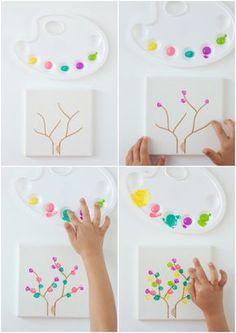 Un árbol de huellas con niños