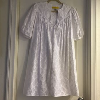 Catherine malandrino crisp white dress Bohemian flowy fit with puff sleeves and hidden pockets. Crisp white with a unique white pattern. 100% cotton. Excellent condition. Catherine Malandrino Dresses