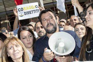 Matteo Salvini sai às ruas para pedir renúncia da prefeita de Roma