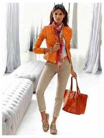 Look comfy e super estiloso. Jaqueta laranja + sneakers, um par perfeito.