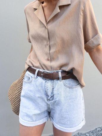 Rien de tel qu'une chemisette pour emmener le short en jean sur les sentiers du casual chic !