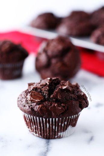 Yumuşacık, içi dışı çikolatalı, şişman muffinler pişirmeye ne dersiniz? Pişirmeye karar verdikten 1 saat sonra tatlarına varıyor ol...