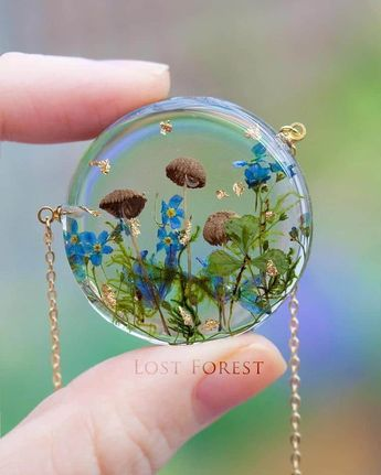 Cette artiste irlandaise conçoit de superbes bijoux rendant hommage à la nature avec de vraies plantes!