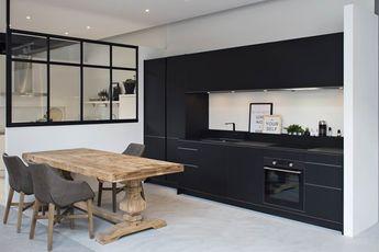 Zwart wit meubels als visuele basis van de keuken