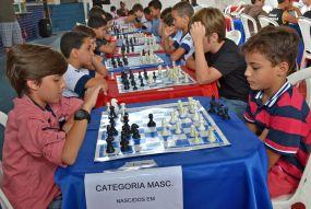 """""""Xadrez na Praça"""" leva tabuleiro gigante, oficinas e torneios para a Praça Alencastro - MOMENTO MT"""