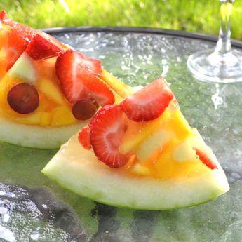 Postre de gelatina con frutas en una sandía