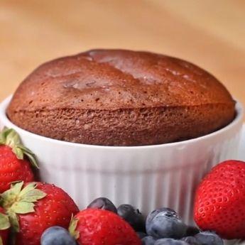 "Pratik, 2 malzemeli sufle - Instagram'da İzle Yap (@izleyapvip): ""#leziz #enfes #harika #sufle #yumurta #cikolata #kek #izleyap #izleyapvip"""