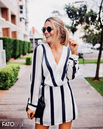 WE ❤ LISTRAS! Amanda Sasso ( @fofochic ) usou o vestido listrado blusê com decote transpassado da #FatoBasico . Atemporal e elegante! #ElasUsamFB #Winter #AW18 #ootd #inverno #2018 #moda #dress #vestido