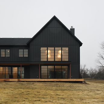 Defining #modernfarmhouse! Built & designed by @mhousedevelopment #Siding is James Hardie in Sherwin Williams Iron Ore. See more beautiful…