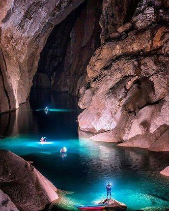 Hang Sơn Đoòng, considée comme la plus grande grotte du monde est si grande qu'elle possède sa propre jungle et rivière. Elle peut contenir un immeuble de 40 étages! Malgré sa taille impressionnante (près de 9 km de longueur), elle n'a été explorée entièrement qu'en 2009 par des spéléologues britanniques. Pour entrer dans l'antre, vous devrez descendre en rappel 80 mètres avant de toucher le sol de Hang Son Doong.📸 Crédit photo @studio_tu