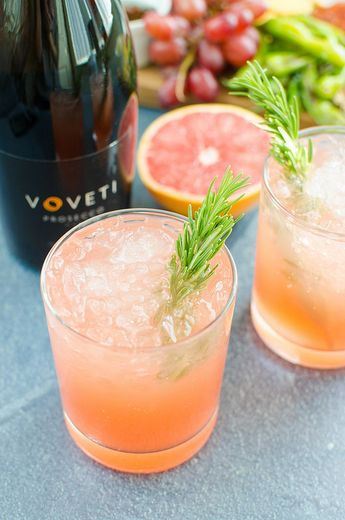 Grapefruit Rosemary Sparkler - easy, festive drink recipe for all your holiday parties. Grapefruit juice and Prosecco with a fresh rosemary simple syrup!