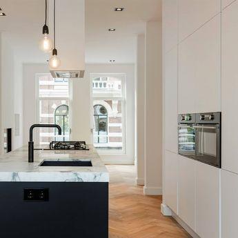 Deze fantastische keuken met marmeren werkblad bevindt zich in Amsterdam.De keuken is voorzien van een zwarte quooker en een gas-op-glas kookplaat. De inbouw afzuig-unit en de zwarte spoelbak maken de keuken helemaal af...#sense #keukens #sensekeukens #prikkeltuwzintuigen #quooker #marmer