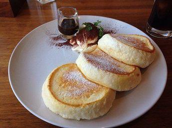 11月24日の得する人損する人で放送されたサイゲン大介による名店の「ホットケーキ」の作り方をご紹介します! 生地をふんわり、しっとりと焼き上げるコツと、堂島ロールの再現レシピでも使った絶品クリームのレシピです。