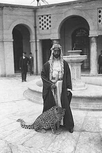 King Faisal I with a pet leopard at his palace, Baghdad, 1925الملك فيصل الأول مع نمره الأليف في القصر، بغداد، ١٩٢٥