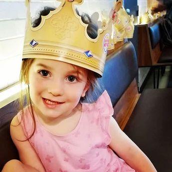 Nous avons retrouvé une petite princesse à Rive Gauche  #repost #princess #littlegirl...  Nous avons retrouvé une petite princesse à Rive Gauche  #repost #princess #littlegirl #crown #princesse #smile #happy #family #shopping #burgerking #rivegauchecharleroi #shoppingrivegauche
