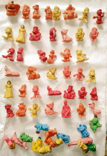 Rhhoo ! Les figurines données en cadeau à chaque plein à la station Esso du village ! Il y avait aussi les décors en papier fort où les placer !