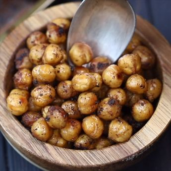 The Easiest Roasted Chickpeas Recipe – chickpeas with simple seasoning, roasted to perfection. Ideal for a protein snack, you can use them to top salads, soups or grain bowls. Step by step guide on how to prepare, roast and use roasted chickpeas. #chickpeas #roasted #snack #proteinsnacks