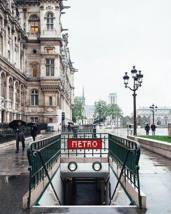 Une des entrées du métro devant l'Lodge de Ville  World In 4 Days A Journey ... - #Days #de #des #devant #du #entrées #lhôtel #Metro #Travel #une #ville #World
