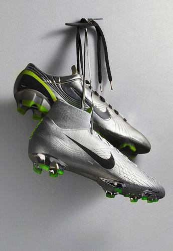 b3a2df34c92 Botas de fútbol con tacos Nike Play Fire. Fotografía: Marc