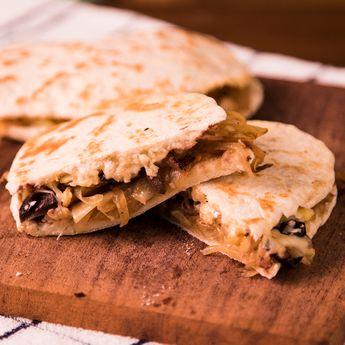 Sandwich de Pan Árabe con Cebollas Caramelizadas y Queso