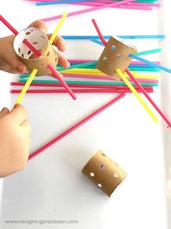 les enfants s'amusent à enfiler des pailles et des tubes en carton pour une motricité fine