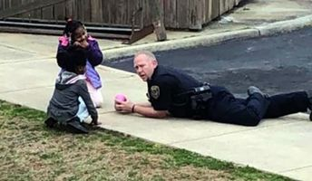 Officer Becomes Hero to Neighborhood Kids After Sitting Down to Play With Girls Who 'Were Afraid of Cops'
