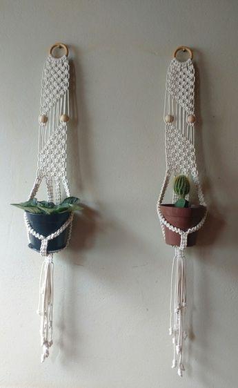 Suporte para plantas feito à mão com cordão de algodão, em macramé.Porta vasos pequenos, tipo violetas.Detalhes bolinhas e argola de madeira.Resistente e lavável.