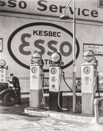 Old Gas Pumps, Esso Station, Historic New York City, Vintage Black and White Photos, Service Station, Gas Station 1935