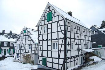 Fachwerkhäuser im Schnee gesehen in Wuppertal-Beyenburg