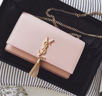 Avec ses détails gold, cette pochette rose YSL est parfaite pour vos sorties. // www.leasyluxe.com #pink #ysl #leasyluxe