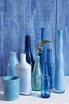 Gooi al jou oorskietverf deur 'n tregter in 'n skoongewaste bottel met 'n mooi vorm. / glass bottles, paint glass bottles, DIY bottles, recycle glass bottles