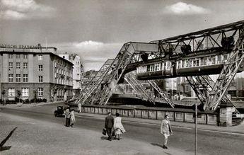 Schwebebahn in Elberfeld am Mäuerchen auf einer Postkarte von 1956