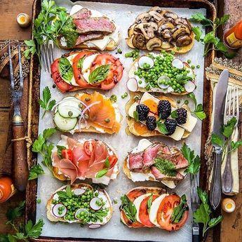 Ideias para entradinhas de encher os olhos  Bruschettas de vários sabores e cores! (via #Pinterest) . . For Saturday night | bruschettas! The perfect finger food. And the variety of topping is endless!