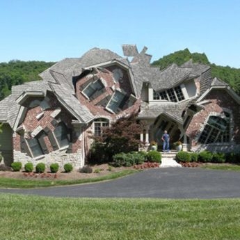 Dezasamblarea clădirilor duce la forme fragmentate fantastice