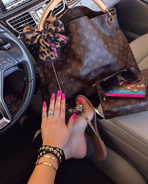 Louis Vuitton Monogram Bag. Best LV Artsy bag for fashion women.
