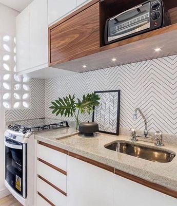 Espaços compactos também podem ser cheios de charme {} Amei a escolha de materiais para essa cozinha com os cobogós que permitiram muita iluminação natural o revestimento da parede que é super leve e o mix de branco e madeira  Inspiração via @decoramundo { Projeto Duda Senna } . #homeDecor #projetos #decoração #interiores #arquitetura #decor #interiordesign #blogalmocodesexta #grupodecordigital #olioliteam #revestimento #cozinha