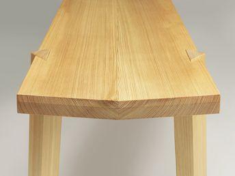 Le banc Respct est fabriqué en bois massif local uniquement, sans colle ni produits chimiques, pour réduire son empreinte sur l'environnement. Les pieds sont assemblés par des tenons triangulaires chevillés.