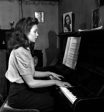 Jean Simmons playing the piano