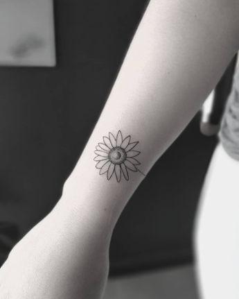 O fenômeno das tatuagens florais em blackwork e fineline