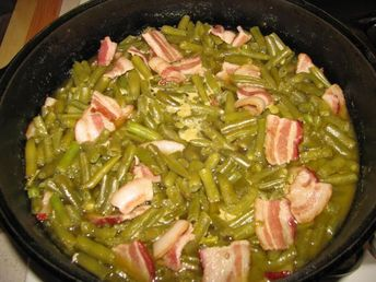 Southern Green Beans made the old-fashioned way! Add bacon and chicken stock to make the best green beans. #greenbeans #southernfood #comfortfood #thanksgivingrecipes