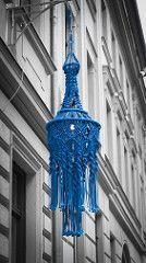 Knitted street lamp in Berlin