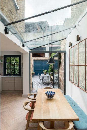 Une verrière au plafond pour éclairer votre table à manger de maison. L'idéal pour ne rien perdre en luminosité et agrandir la pièce vers l'extérieur.