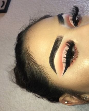 haven't done a cut crease like this in a while 😍🍑 brow