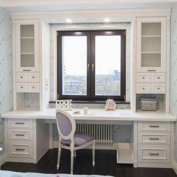 Стол у окна в детской (для девочки) выполнен из шпона и массива ясеня с нежным цветочным декором от Антураж Мебель. Стол вокруг окна, стол в проеме окна.