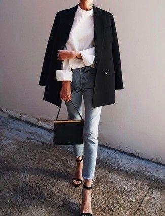 Tenue: Blazer croisé noir, Chemisier à manches longues blanc, Jean bleu clair, Sandales à talons en daim noires