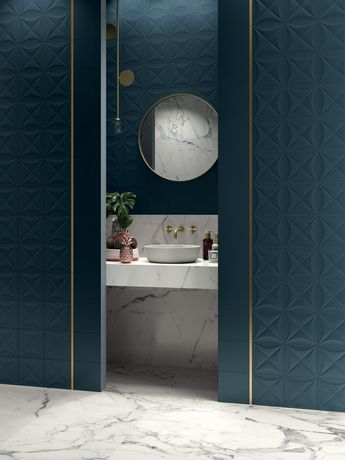 Salle de bain marbre ceramique bleu canard detail laiton